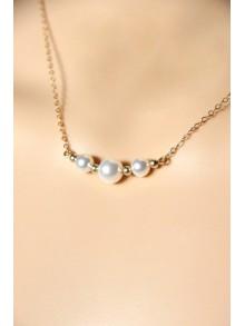 Collier en plaqué or et perles blanches en cristal